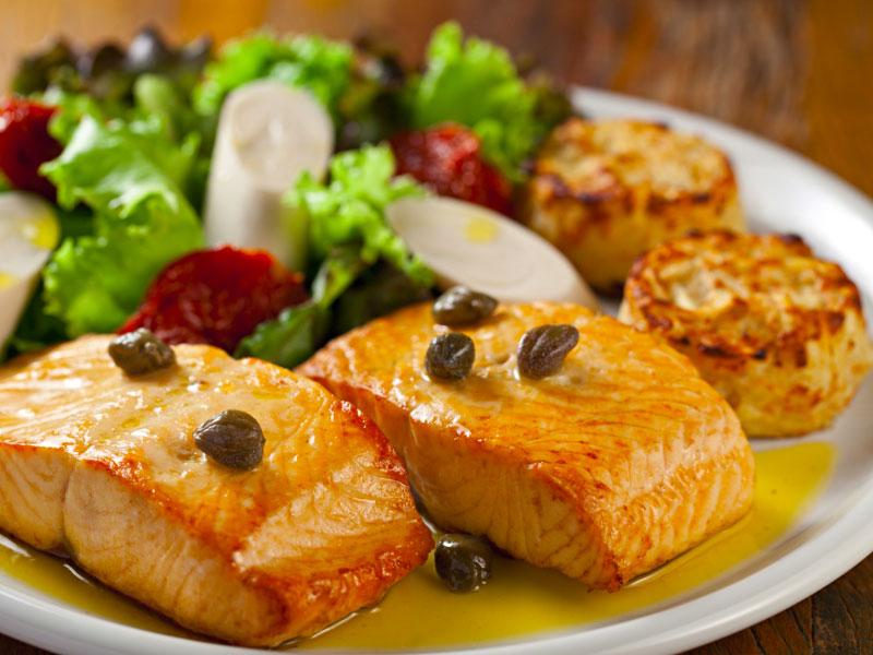 Salmão com Salada Mix e Batatas Rostie